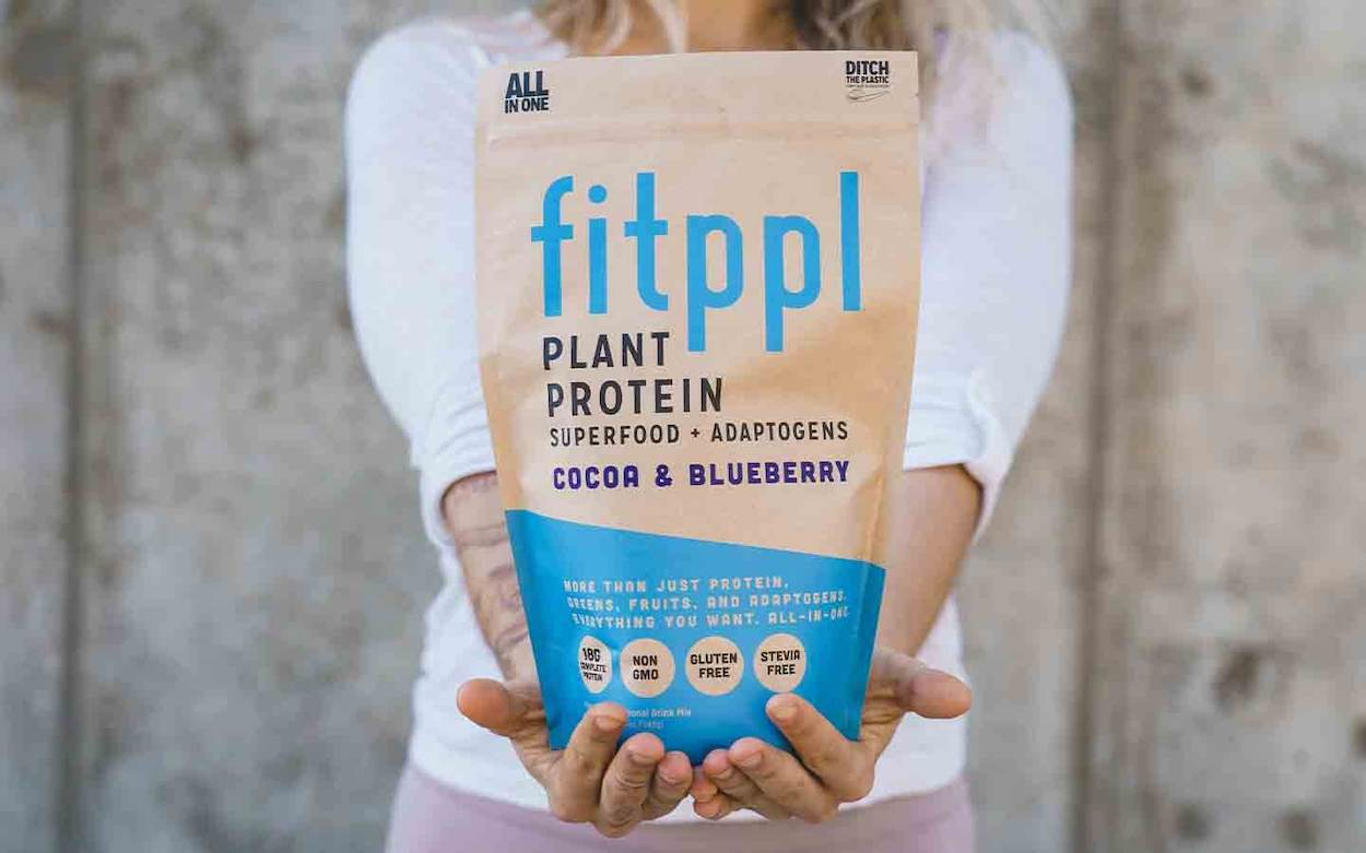 Cocoa-Blueberry-fitppl-plant-protein-superfood-adaptogens-in-hands-1